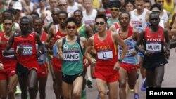 Lomba lari marathon pada Olimpiade London 2012 (foto: dok). Polisi Inggris meninjau kembali rencana pengamanan untuk maraton hari Minggu depan di London, pasca ledakan bom di marathon Boston.