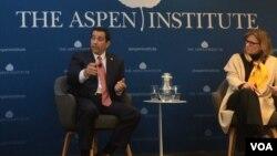 美國國家情報總監辦公室反間諜與安全中心(NCSC)主任威廉伊萬尼納(William Evanina)(左)2018年4月18日在華盛頓阿斯彭研究所回答提問(美國之音葉林拍攝)