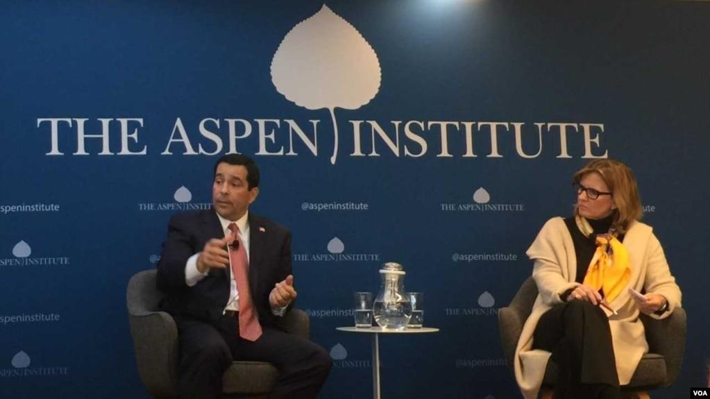 美國國家情報總監辦公室反間諜與安全中心(NCSC)主任威廉·伊万尼納(William Evanina)(左)2018年4月18日在華盛頓阿斯彭研究所回答提問(美國之音葉林拍攝)