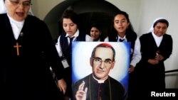 Celebración del primer aniversario de la beatificación del arzobispo Oscar Romero en una escuela de San Salvador, el 23 de mayo de 2016.