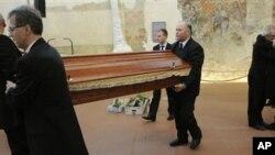 捷克前总统哈维尔的灵柩被安放