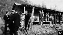 Lyndon B. Johnson et son épouse Lady Bird, visitant l'habitation de Tom Fletcher, père de huit enfants au chômage, dans le cadre de la guerre contre la pauvreté