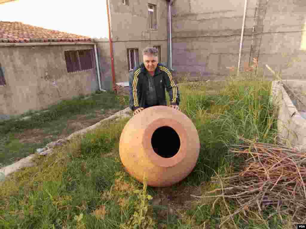 В таких кувшинах - квеври в Кахетии с древности выдерживают и хранят вино
