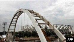 Chiếc cầu dài 50 mét nối bãi đậu xe với sân vận động Jawaharlal Nehru đã bị sập sáng nay