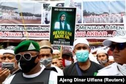 Orang-orang berkumpul untuk menyambut kepulangan Rizieq Shihab, pemimpin Front Pembela Islam Indonesia (FPI) di Jakarta, 10 November 2020. (Foto: REUTERS/Ajeng Dinar Ulfiana)