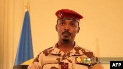 Le général Mahamat Idriss Deby, chef du Conseil militaire de transition (CMT) du Tchad, délivrant un message au palais présidentiel de N'Djamena, le 27 avril 2021.