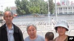 在去美使馆前合影,由左依次是;聂木妮、黄妙玉、聂丽娜