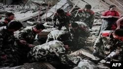 中国军人从废墟中搜救人员