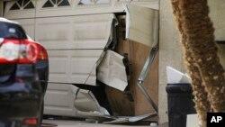 Cửa nhà để xe của Enrique Marquez bị hỏng sau một cuộc tấn công của FBI, ở Riverside, California, ngày 09/12/2015.