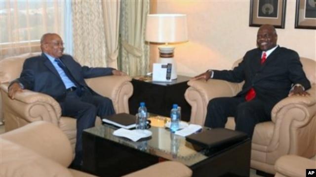 South African President Jacob Zuma, left, talk with Zimbabwean Deputy Prime Minister Arthur Mutambara at a local hotel in Harare, 26 Nov 2010