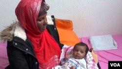 Une migrante somalienne Rahma Abukar Ali et son bébé Sofia à Gelsenkirchen, en Allemagne. (VOA/Abdulaziz-Osman)