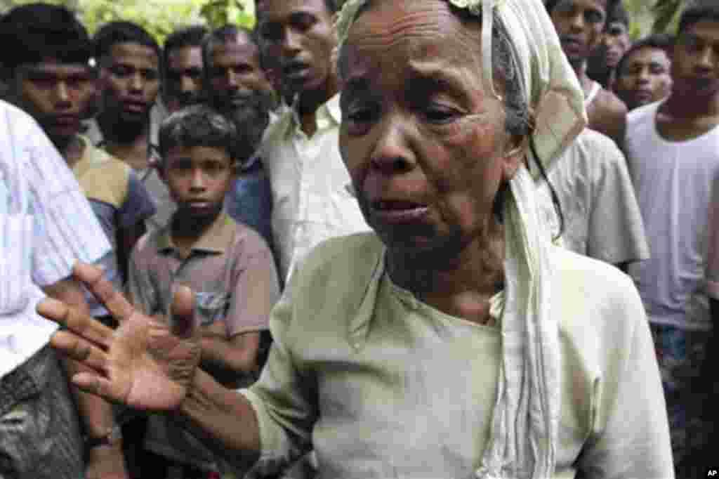 ຍິງອົບພະຍົບຊາວມຸສລິມຜູ້ນຶ່ງ ຟາຍນໍ້າຕາ ໃນຂະນະທີ່ລາວ ແລະຜູ້ອື່ນໆ ໄປເຖິງສູນອົບພະຍົບ Thechaung ໃນເມືອງ Sittwe ເມືອງຫລວງຂອງລັດຣາຄິນ ຂອງມຽນມາ, ໃນວັນທີ 28 ຕຸລາ, 2012 ໂດຍທີ່ບາງຄົນ ກໍໄດ້ໄປເຖິງເຂດນອກເມືອງນັ້ນ ໂດຍທາງເຮືອ.