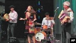 Salah satu pertunjukan oleh grup musik 'Amuma Says No' di Kennedy Center, Washington DC (foto: dok). Dalam upaya menjangkau lebih banyak penonton, Kennedy Center mengadakan pertunjukan di jalan-jalan di wilayah Washington, DC.