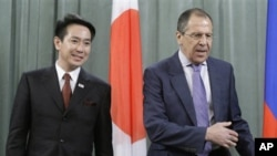 Russian Foreign Minister Sergey Lavrov (r) and Japanese Foreign Minister Seiji Maehara at their meeting in Moscow, February 11, 2011