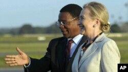 힐러리 클린턴 미국 국무장관이 탄자니아 줄리어스 니에레레 국제공항에 도착해 버나드 멤보 탄자니아 외무장관의 안내를 받아 전통춤을 감상하고 있다.