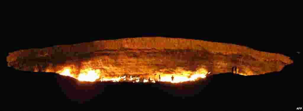 "Atraksi wisata yang disebut ""Pintu Gerbang ke Neraka"" yaitu kawah gas yang menyala di padang pasir Karakum, Turkmenistan."