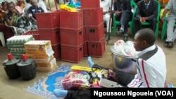 Un jeune de la famille désigné pour recevoir les cadeaux de mariage de sa sœur à Talangai, Brazzaville, Congo, 16 février 2018 (VOA/Ngoussou Ngouela)