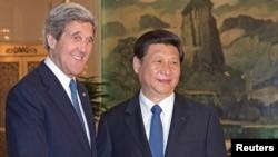 중국을 방문한 존 케리 미국 국무장관(왼쪽)이 13일 베이징에서 시진핑 중국 국가주석과 북한 문제 등을 논의했다.
