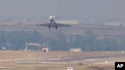 15일 오마르 알-바시르 수단 대통령이 탑승한 전용기가 남아공 프레토리아 공군 기지에서 이륙하고 있다. 바시르 대통령은 남아공 법원의 출국금지령을 무시하고 수단으로 귀국했다.