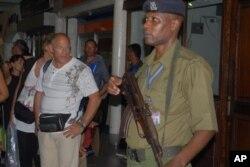 一名肯尼亚警官站立在机场安检口(资料照片)