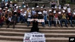 Para wartawan Meksiko melakukan aksi unjuk rasa di Mexico City dengan membawa foto-foto rekan mereka yang jadi korban pembunuhan (foto: dok).