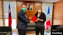 美國駐法國馬賽總領事格羅爾(右)2021年2月17日拜訪台灣駐法國普羅旺斯辦事處與處長辛繼志會面(駐普羅旺斯台北辦事處官網照片)