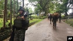 菲律賓增援部隊到達營地,此前穆斯林激進分子在菲律賓南部城市馬拉維郊外圍攻天主教堂