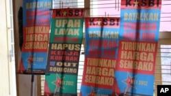 Sebagian spanduk yang dipersiapkan untuk berunjuk rasa dalam peringatan hari buruh (May Day), 1 Mei 2012 (30/4).