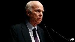 """Los senadores por Arizona, John McCainy por Delaware, Christopher Coons, planean presentar formalmente este lunes un nuevo proyecto sobre inmigración que protegería a los """"dreamers"""" de la deportación."""