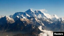 Mount Everest (C), the world highest peak, and other peaks of the Himalayan range are seen from air during a mountain flight from Kathmandu April 24, 2010. REUTERS/Tim Chong (NEPAL - Tags: ENVIRONMENT TRAVEL) FOR BEST QUALITY IMAGE ALSO SEE: GM2E88716KV01