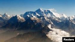 Gunung Everest (tengah), puncak tertinggi di dunia.