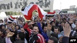Người biểu tình hô khẩu hiệu chống chính phủ tại Quảng trường Tahrir ở Baghdad, ngày 25/2/2011. Người biểu tình Iraq xuống đường để đòi cải thiện dịch vụ công cộng và bài trừ tham nhũng