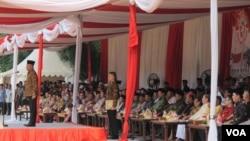 Menteri Pertahanan Ryamizard Ryacudu memimpin 'Apel Kebhinekaan' yang dihadiri berbagai organisasi keagamaan dan masyarakat di Lapangan Banteng, Jakarta, Minggu 17/1 (VOA/Fathiyah).
