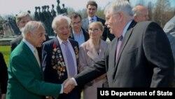 Посол США в России Джон Теффт (справа)