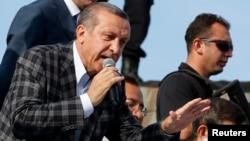 Perdana Menteri Turki terus menantang para demonstran dalam pidato berapi-api di hadapan para pendukungnya di Ankara hari Minggu (9/6).