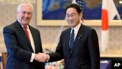 Le secrétaire d'Etat américain Rex Tillerson est accueilli par son homologue japonais Fumio Kishida au Iikura Guesthouse à Tokyo, le 16 mars 2017. Tillerson a déclaré que la coopération avec les alliés au Japon et en Corée du Sud est essentielle pour faire face à la menace de nord-coréenne.
