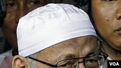 Abu Bakar Ba'asyir diadili atas tuduhan membantu pendanaan, penyerangan kedubes asing dan perencanaan pembunuhan pejabat termasuk SBY.
