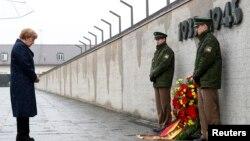 Thủ tướng Đức Angela Merkel đặt vòng hoa đánh dấu 70 năm ngày giải phóng một khu trại từng được Đức quốc xã sử dụng.
