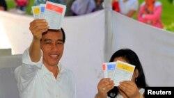 Ứng viên của Đảng Dân Chủ Tranh Đấu Jakarta Joko Widodo và vợ đi bỏ phiếu trong cuộc bầu cử quốc hội tại Jakarta, ngày 9/4/2014.
