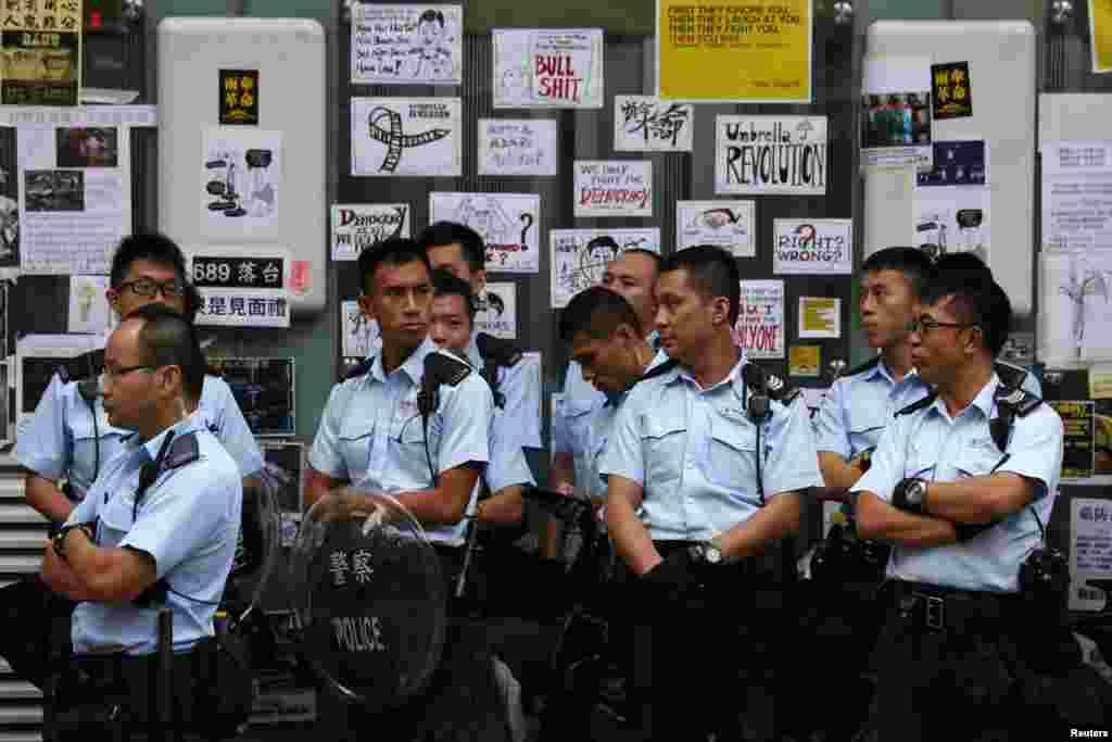 پولیس مونگ کاک کے علاقے میں کھڑی ہے۔