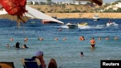 Turis bersantai di resor Laut Merah Sharm el-Sheikh, sekitar 550 kilometer ke selatan dari Kairo. (Foto: Dok)
