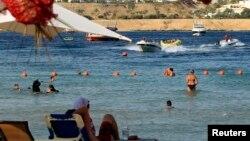 Pengunjung menikmati pantai di resor Laut Merah Sharm el-Sheikh di South Sinai, 550 kilometer ke selatan Kairo. (Reuters/Amr Abdallah Dalsh)