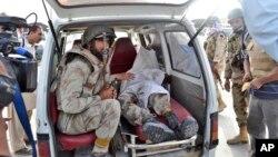 巴基斯坦軍人在他同伴的屍體旁