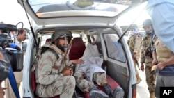 巴基斯坦军人在他同伴的尸体旁