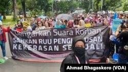 Peserta aksi jalan kaki dari Kawasan Sarinah menuju Taman Aspirasi Monas, Sabtu, 8 Desember 2018. (Foto: VOA/Ahmad Bhagaskoro)