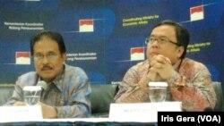 Menteri Keuangan, Bambang Brodjonegoro (kanan) dan Menko bidang Perekonomian, Sofyan Djalil (Foto: VOA/Iris Gera)