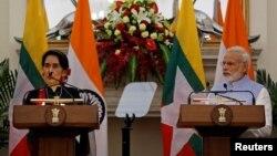 缅甸外交部长和国务资政昂山素季在新德里阅读联合声明,印度总理莫迪在旁观看(2016年10月19日)