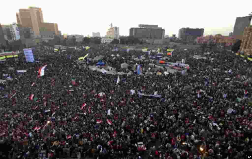 میدان تحریر قاهره، مرکز اصلی گردهمایی های میلیونی مردم مصر برای براندازی حکومت حسنی مبارک، در کمتر از دو سال، جایگاه اعتراض مردم به رهبر جدید آن کشور و گروه اخوان المسلمین تبدیل شد - دیماه ۱۳۹۱