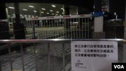 部份立法會示威區留守者轉到附近政府總部公民廣場對出的行人路繼續佔領