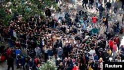 Une foule de migrants attend devant le centre d'accueil berlinois LaGeSo pour s'enregistrer sur les listes de demandeurs, 21-09-15.